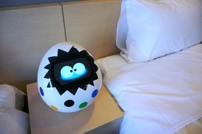 各客室に設置されているAI搭載のコミュニケーションロボット「Tapia」。通常モデルのTapiaは白だが、同ホテルではカラフルなデザインになっている