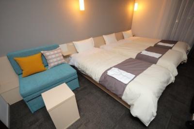 「スタンダードトリプル(23.5~24.5平米/ベッド3台、ソファベッド1台)」は利用人数2~4人。大人3人利用で1万5600円~。ソファはベッドのマットレスと同材質で、広げるとベッドと同サイズになり、4人利用でもゆったり休めるという