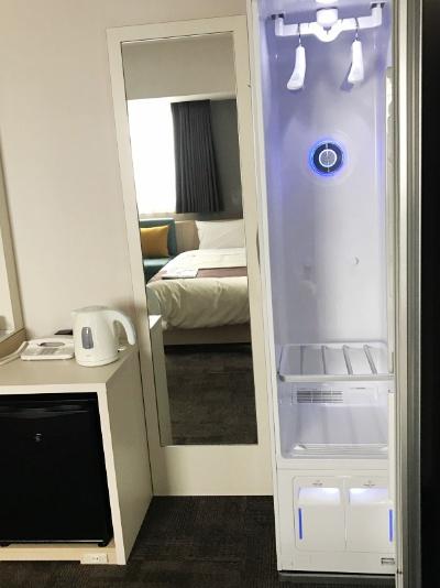 クローゼット型ホームクリーニング機(LG Styler/LGエレクトロニクス・ジャパン)を日本のホテルで初導入(2室のみ)。振動とスチームで、衣類についた臭いやシワ、花粉などを除去し、除菌もする