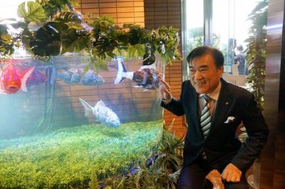 魚ロボットを眺めるHISの澤田秀雄会長兼社長