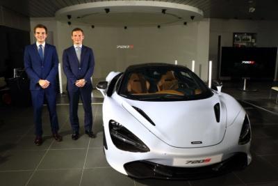 マクラーレンオートモーティブアジア・パシフィックマネージング・ディレクターのジョージ・ビッグス氏(右)と、セールスマネージャーのピーター・セル氏(左)