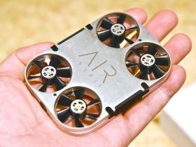 自撮り用の小型ドローン「AirSelfie」。凹凸の少ないフラットなデザインや金属の質感を生かしたアルミニウム製ボディーなど、これまでの自撮りドローンにはない特徴を多く備える