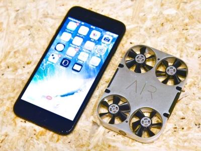 4.7型液晶のiPhone 7(左)と並べると、AirSelfie(右)の小ささが際立つ