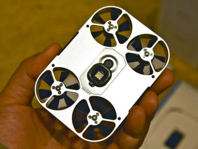 AirSelfieの底面には、位置を測定するためのカメラやセンサーが搭載されている。電源スイッチも底面に用意する
