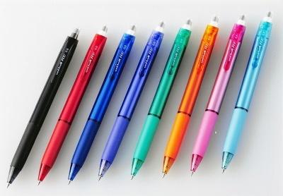 三菱鉛筆「ユニボール アールイー」(180円)。インク色は左からオフブラック、ローズレッド、コバルトブルー、バイオレット、グリーン、サンオレンジ、チェリーピンク、スカイブルー