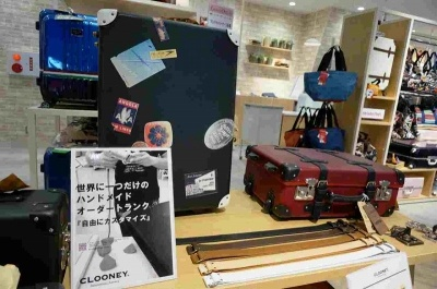 JTB横のトラベルライフスタイルショップ「MOOVE」では、品質の高さで海外でも知られる兵庫県豊岡トランク職人のハンドメイドキャリーや、パタンオーダーキャリ―で世界に一つだけのトランクを提案