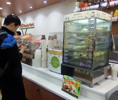 ファミリーマート。セブン-イレブンより日系(日本)の商品が多く売られている印象がある