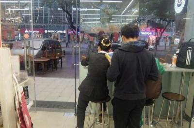 コンビニのイートインは喫茶店が少ない中国では貴重な休憩スペース