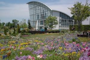 「ブルーボネット」は自然風庭園をコンセプトに、野草や比較的手がかからない品種を集めた植物園。休館日は毎週月曜日(祝日を除く)。入園料は大人300円、小・中学生150円。未就学児は無料
