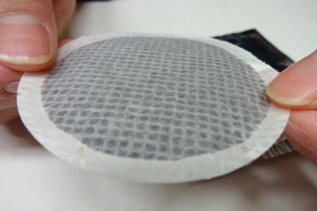 コーヒーの粉が入ったポッドにも工夫が凝らされていて、不織布の織り方が裏表で違う。ネット状のほうを上にして置く