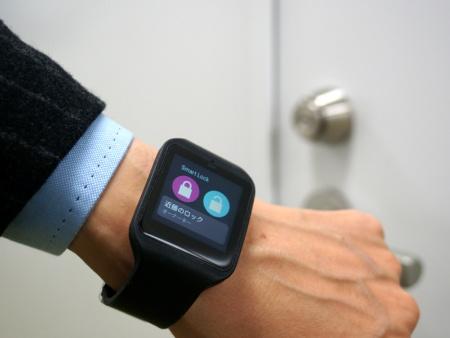 スマートウォッチの場合は、ドアの前でアプリを起動して解錠または施錠のボタンをタップすればOK