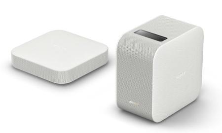ポータブル超短焦点プロジェクター「LSPX-P1」(右が本体で、左がワイヤレスユニット)。正方形のシンプルなフォルムで、側面部にはレザー調のテクスチャーが施されている。価格は9万2500円(税別)