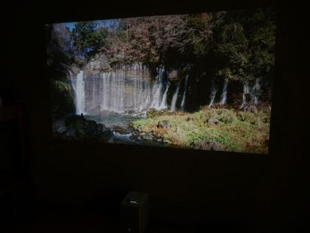 映像の解像度は1366×768ピクセルで720p相当、明るさ(輝度)は100ルーメン、コントラストは4000:1。独自デバイス「SXRD」や小型レーザーエンジンの採用により、発色やコントラストは良好に感じた