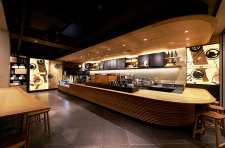店舗面積は約130平米で、席数は68(うち4席がカウンター)。ソファ席やバーカウンターがあり、一般のスタバより夜っぽい雰囲気