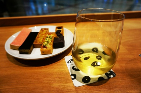 ワイングラスは「うすはりグラス」で有名な松徳硝子とのコラボレーションで作ったオリジナル。女性が片手で持ちやすいサイズ