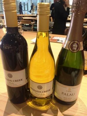 赤ワイン、白ワインはどちらもグラスで850円、スパークリングワインは900円。そのほかに月替わりでセレクトワインを販売する