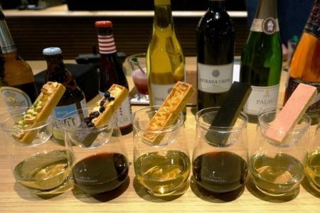 「ワインをカジュアルに楽しんでほしい」という狙いで作ったという「タルトレット(5種)」とワインのセット(1200円~)