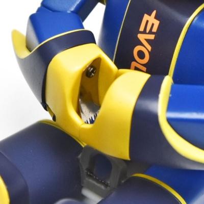 エボルタNEOくんの手と股の部分には金属製の刃が設けられ、ロープに食い込ませることで支える仕組みになっている