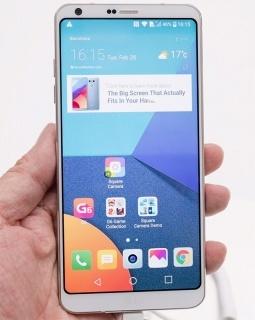 LGエレクトロニクスがお披露目した「LG G6」。18:9というアスペクト比を持つ細長い5.7型液晶が特徴。パネルサイズは大きいが、細長いぶん持ちやすい