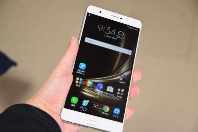 ZenFone 3 Ultraは、かなり大きい。片手での操作は無理だ
