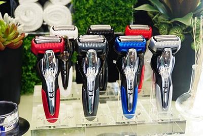 こちらは同時に発表された「お風呂剃りシェーバー ラムダッシュシリーズ」。手前左2モデルが「ラムダッシュ ES-ST8P」、手前右2モデルが「ラムダッシュ ES-ST6P」、奥の3モデルが「ラムダッシュ ES-ST2P」。シェーバー3機種7モデルも5月1日発売