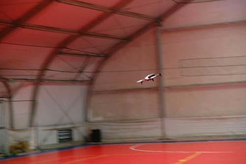 宙を疾走する「Parrot Bebop 2」。屋内では2~3秒ほどしか全力飛行できないほどの俊敏な運動性能を備えている