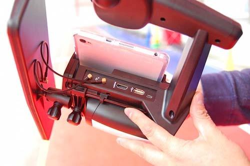 専用コントローラーにはHDMI出力端子が用意されている。ヘッドマウントディスプレーを装着すれば、鳥瞰で視界いっぱいに広がる景色を眺めながら自由に空を舞えるわけだ