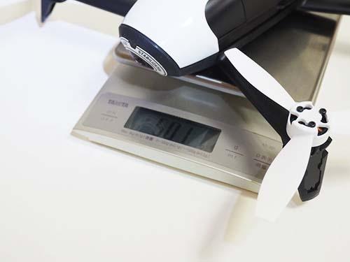 パロット「Parrot Bebop 2+Parrot Skycontroller Black Edition」。実売価格9万9500円前後。機体の重量は実測501グラム。取り外し可能なバッテリーの重量は実測197グラムで、全体の重量の多くを占めている
