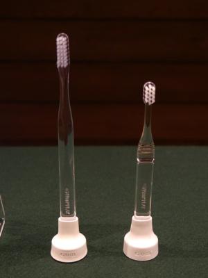 製品には歯ブラシが同梱されていて、大人向け歯ブラシが同梱されたものと、子供向け歯ブラシが同梱されたものがある。センサーとキャップは同じもので価格も同じ5000円