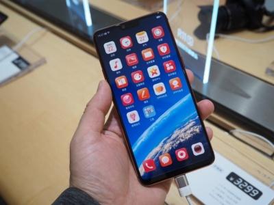OPPOのラインアップの1つ、ミドルハイクラスの「R」シリーズ。3月には中国で、iPhone X風の切り欠きや、ARによるエフェクトなどを備えた新機種「R15」を投入している