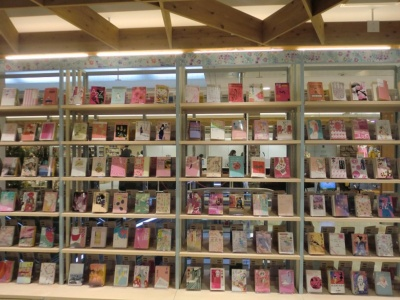 ピンクの表紙の文庫本が並んだ棚