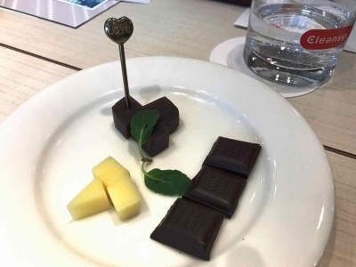 凝縮 Hの味わいを引き出すために用意された、相性の良いつまみ。上から時計回りにようかん、チョコレート専門店「ダンデライオン」のチョコレート3種、コンテチーズ