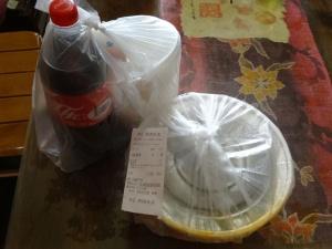 透明なプラスチックケースに入った激辛四川料理が届いた