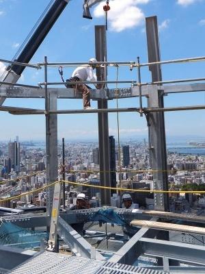建設現場で高所作業を専門とする職人は「とび」と呼ばれる。安全帯は命綱だ(画像提供:基陽)