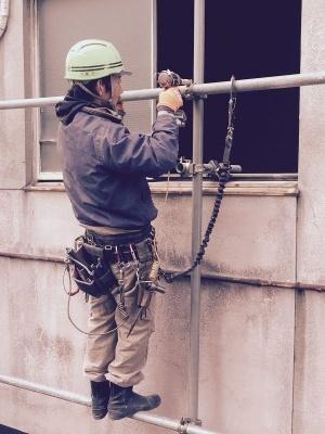 安全に作業するため、支持体と体を安全帯でつなぐ。写真は鉄筋とびの職人さん(画像提供:基陽)