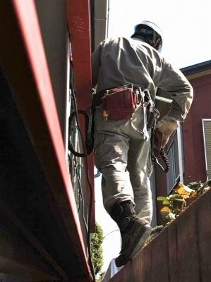 屋外作業では安全帯と工具袋を併用することが多い。写真は鉄筋工の職人さん(画像提供:基陽)