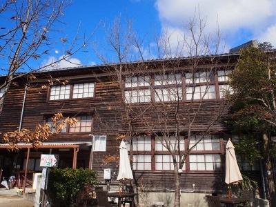 1953年に建てられた旧上秋津小学校の木造校舎。地域づくりの研修やみかんなどについて学べる体験棟として利用している。受付は当時の職員室で