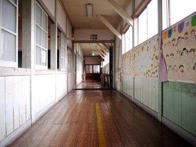 校舎に一歩足を踏み入れると、そこには懐かしい昭和の小学校の光景が広がり、ノスタルジック感満載