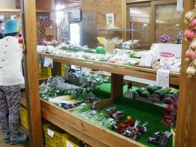 直売所で扱う商品は、果物、野菜、花、漬物などの加工品を中心に約200種類。当初70人余りだった出荷者も200人を超え、高齢者の生きがいの場にもなっている
