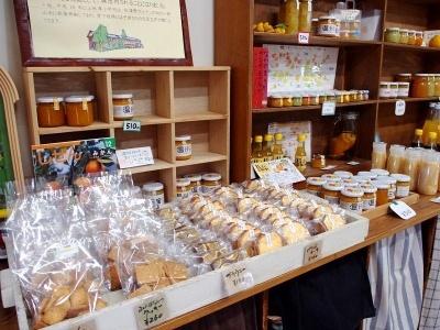 多種多様な柑橘が収穫できる上秋津ならではのオリジナルスイーツを販売する「バレンシア畑」。1~2時間の菓子作り体験メニューも用意