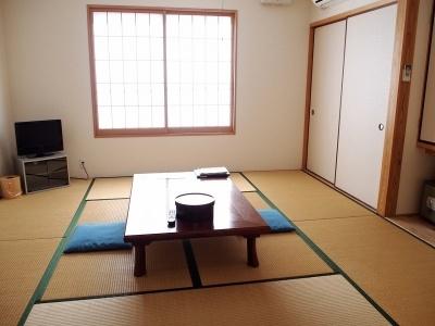 宿泊施設は、4人まで宿泊可能な8畳の和室が6室と、16畳の和室が1室。素泊まりの場合、8畳部屋利用で大人2人8400円と手ごろ