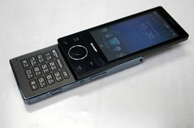 W-ZERO3シリーズはiPhone以前、スマートフォンの代表格として人気を獲得していた。写真はシリーズ最後のモデルとなった「HYBRID W-ZERO3」。2009年11月18日にウィルコム社内にて撮影