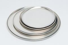 TKGアルミピザパンS(直径20cm、450円)、M(直径25cm、480円)、L(直径30cm、630円)、LL(直径35cm、880円)。プレートのフチのカーブが緩やかでピザを取りやすい