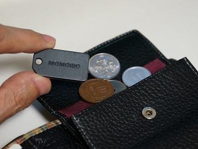 サイズは縦35.5×横19×厚さ3.4mmで、コインと比較するとその小ささがよく分かる。財布でも場所を取らずに入れられるほか、カギやバッグなどに取り付けても邪魔にならないので便利だ