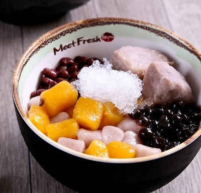 人気トップの「芋園4号(氷・温)」(Mサイズ500円)は、黒砂糖で作った素朴なシロップに、芋園(芋で作ったグミのような食感の団子)、あずき、タロイモ、タピオカが入ったもの。淡い甘みが素朴な素材の個性を引き立て、どこか懐かしい味わい
