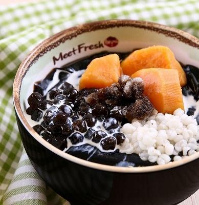 芋園と同じくらい人気があるのが台湾の仙草(ハーブ)で作ったゼリーのデザート。仙草汁と黒糖シロップを混ぜてシャーベット状にしたかき氷の上に、なめらかで柔らかい仙草ゼリーと芋園と同様の素材をトッピングし、フレッシュミルクをかけて食べる。「仙草2号(氷)」(L800円/M500円)は、黒砂糖シロップのかき氷に仙草ゼリー+ハト麦+サツマイモ+タピオカのトッピング
