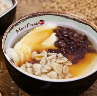 豆乳をプリン状に柔らかく凝固させた豆花(トウファ)は、台湾人のソウルフード。「豆花3号(氷・温)」(L700円/M450円)は、豆花にあずき、ピーナッツ、タロ芋、さつま芋、小豆、ハト麦などをトッピング