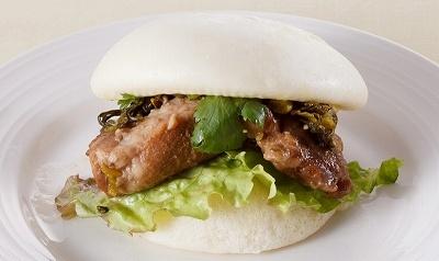 自家製チャーシューと高菜をパンで挟んだ台湾風ハンバーガー「クワパオ」(450円)