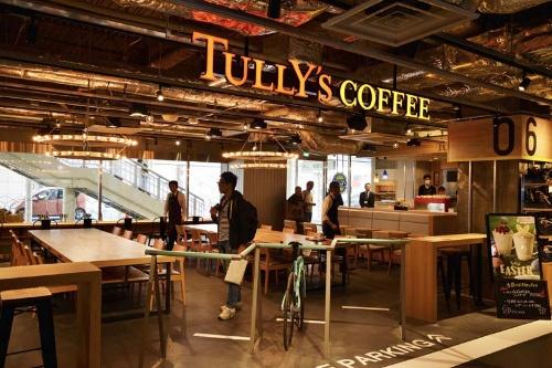 館内は自転車の持ち込みが可能な開放的な空間となっており、床は白線やブルーラインを施したアスファルト風にデザインされている。1Fのタリーズコーヒーはイタリアの自転車メーカー「ビアンキ」とコラボレーションしたサイクルカフェとなっている