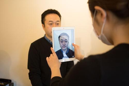 記入した質問状をもとに細かいカウンセリングをして、現在の眉の形を知るために撮影